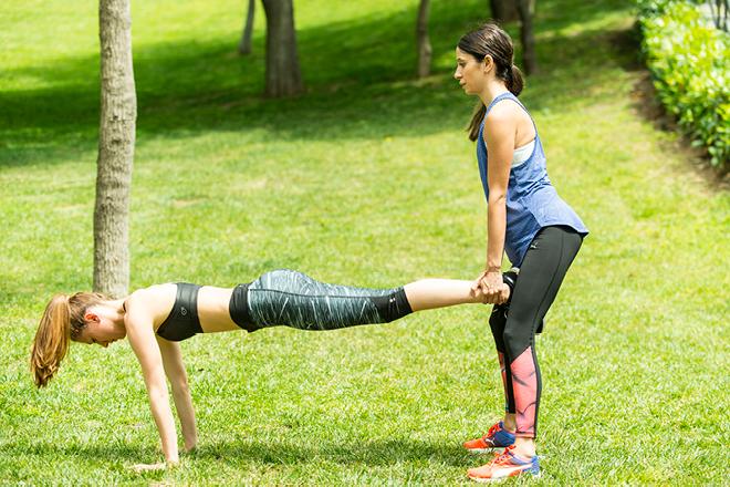 Partnerlerden biri yüzüstü yere uzansın diğeri yere uzanan partnerinin ayak bileklerinden tutarak squat pozisyonunu alsın. Yerdeki partner Push-up yapıp yere yaklaşırken ayaktaki partner Squat yapsın. Kordinasyonu sağlayarak iki partnerde aynı anda hareketleri tekrarlasın. Süre: 60 saniye.