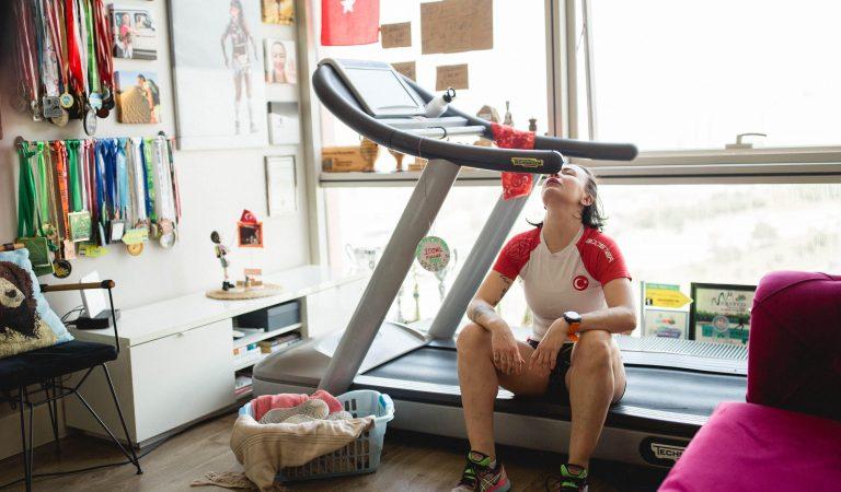 Evde Kendi Koşu Bandında 160 km Koşarak 53 bin TL Rekor Bağış Topladı